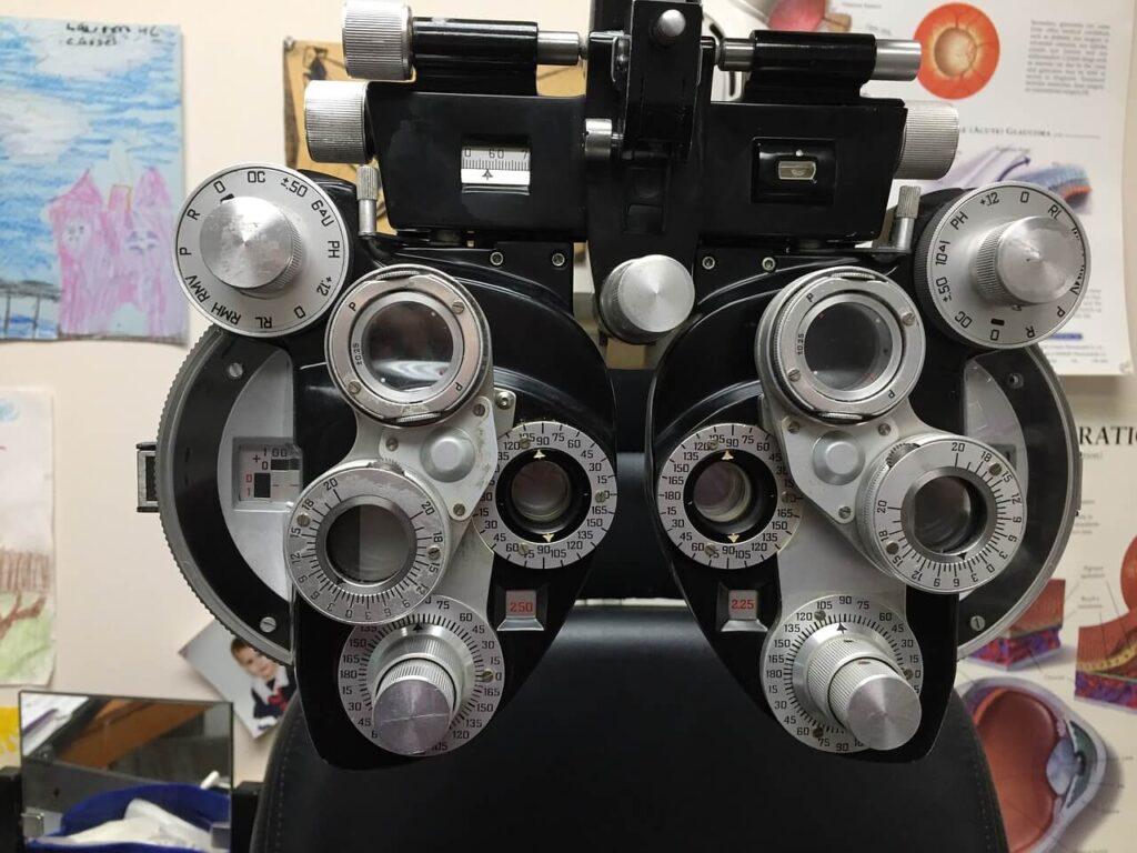utensilio que se usa durante el examen visual, similar a la gafa de prueba pero menos pesado