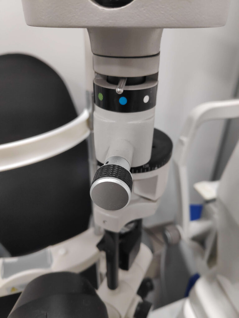 Biomicroscopio con luz azul cobalto