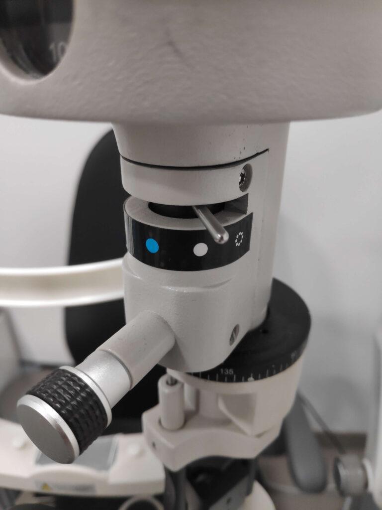 Biomicroscopio configurado con luz blanca