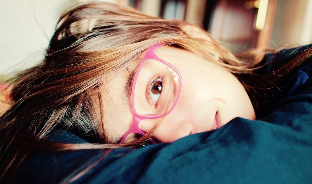 Costumbres como ver la televisión tumbado o escribir acostado de lado sobre el papel pueden ser factores negativos para controlar la miopía.