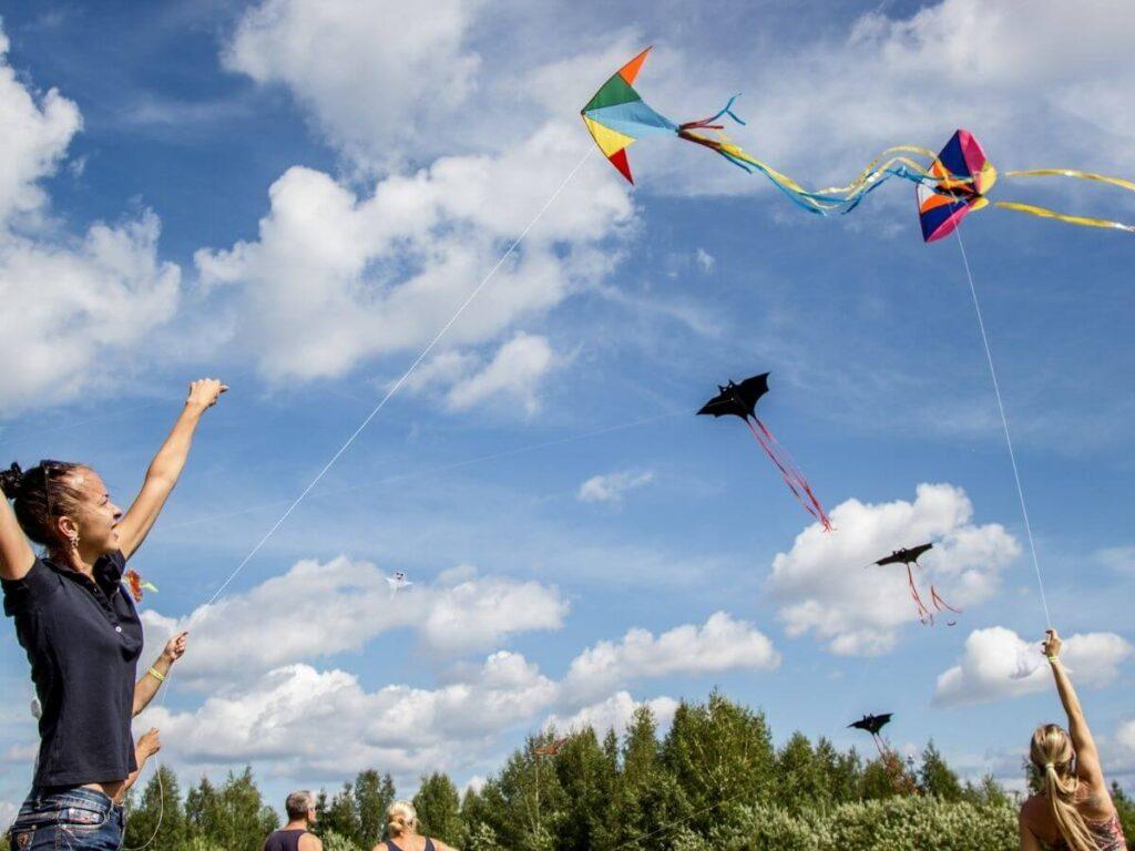 volar una cometa para prevenir la miopía en niños