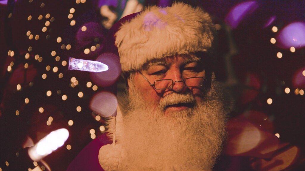 Cuando Papá Noel olvida las gafas, utiliza lentillas progresivas para compensar su vista cansada.