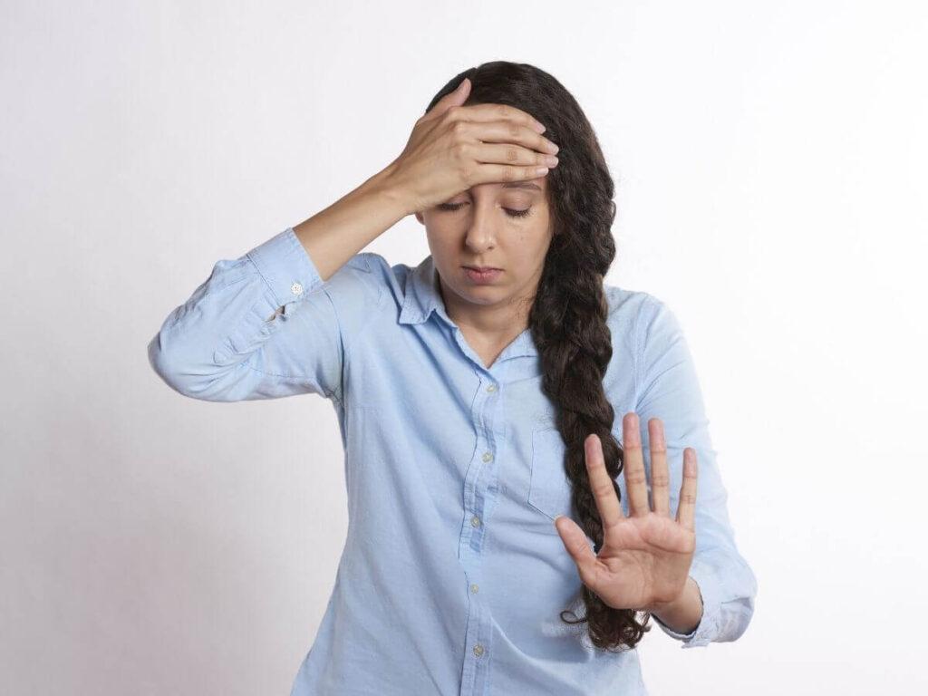 Joven con dolor de cabeza matutino