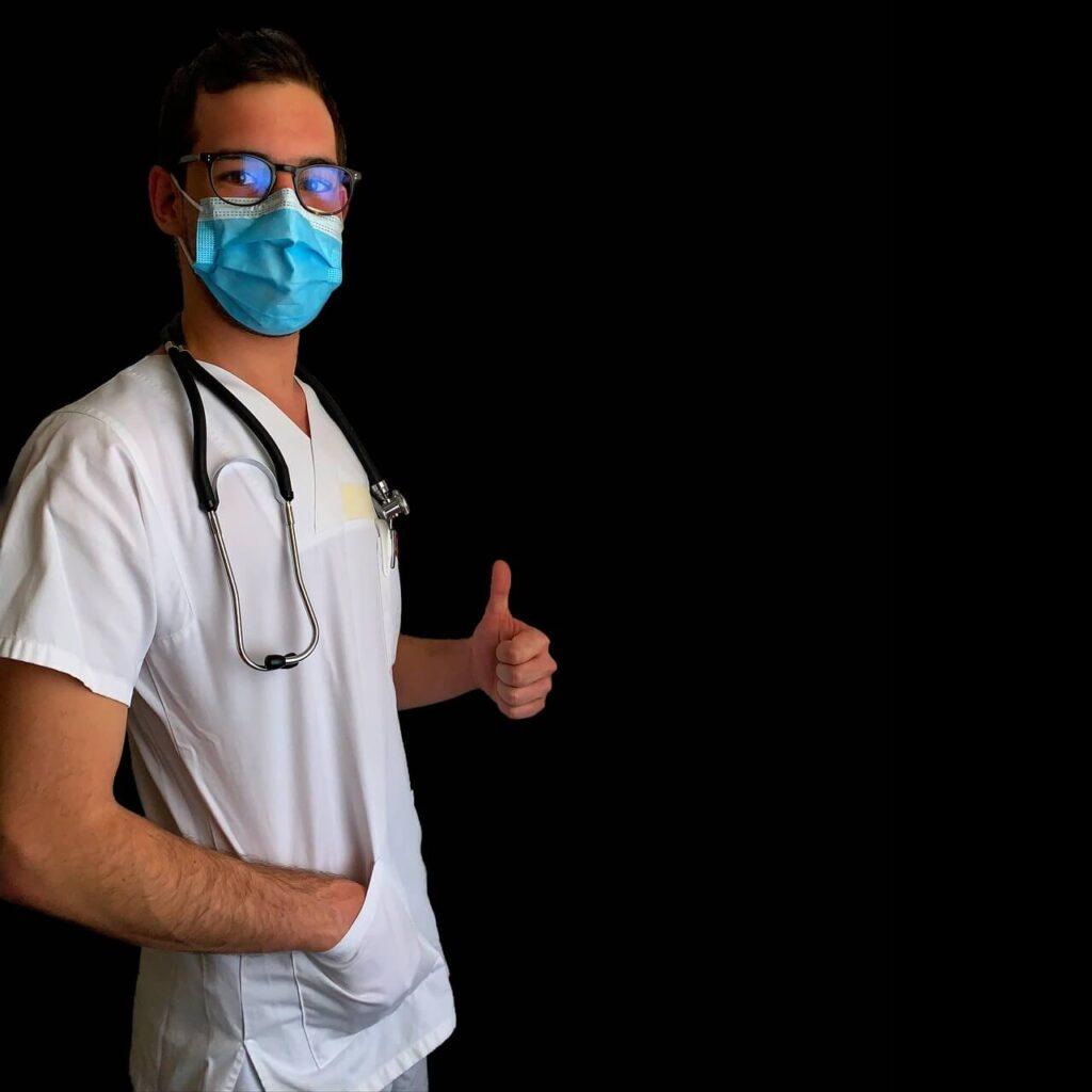 Ejemplo de enfermero con gafas de nuevo tras operarse de cirugía refractiva