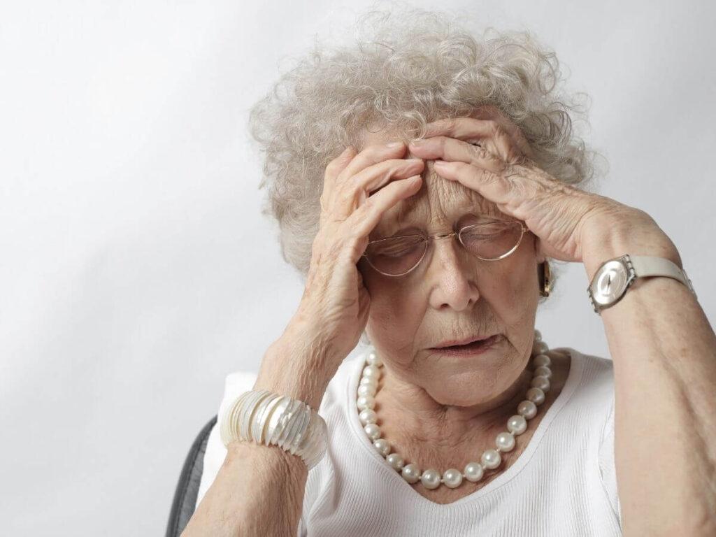 Las personas mayores también sufren dolores de cabeza por la mañana