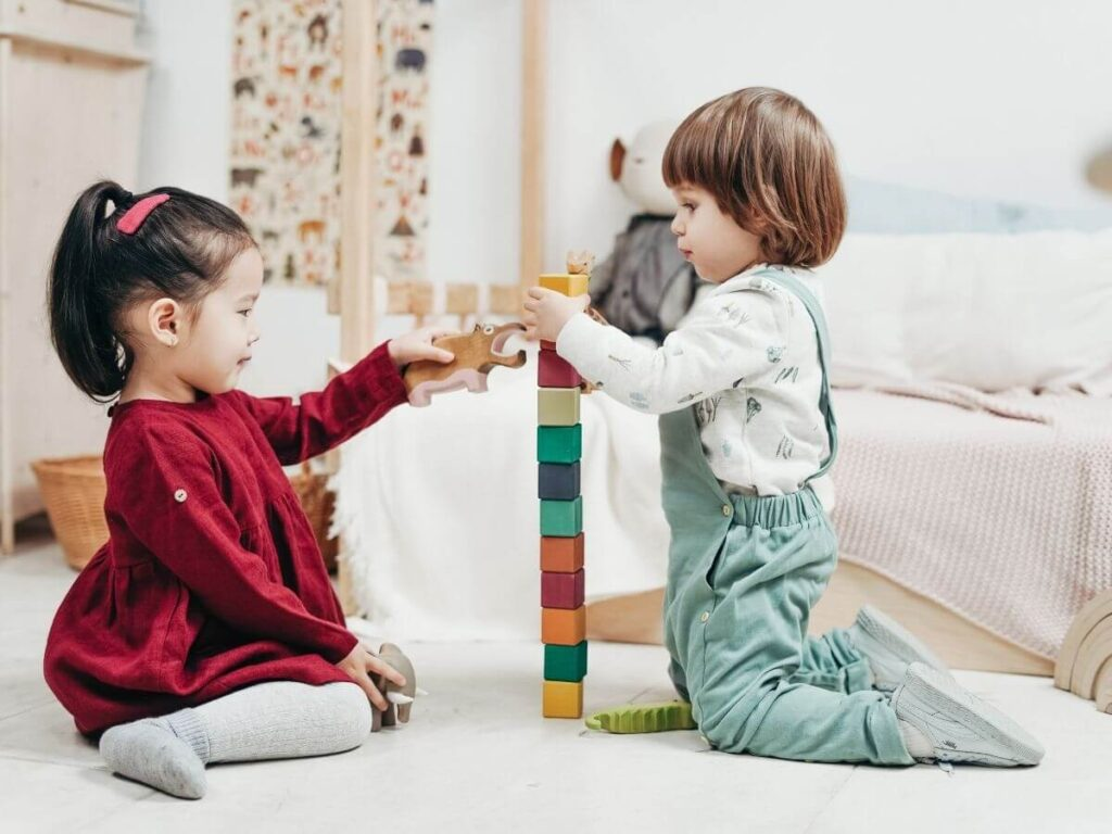Los niños juegan ajenos al trabajo de los profesionales que deben monitorizar el aumento de la miopía para preservar su salud visual futura.